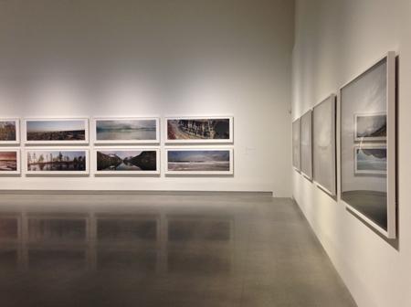 Fint ljussatt utställning och reflekterande golv
